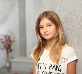 Детские фотосессии в студии. Подарочный сертификат на фотосессию для девочки 12 лет.