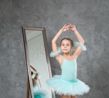 Фотография девочки в образе балерины. Студийная фотосессия.