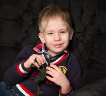 Стильная фотография мальчика в кресле. Фотостудия Птичка.