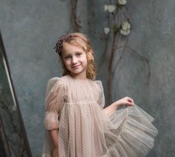 Красивая фотография девочки в нежном платье. Студийная фотосессия