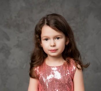 Милая фотография малышки в красивом платье. Фотосессия в студии