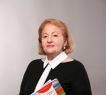 Женский деловой портрет преподавателя языковой школы.