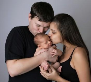 Фотосъемка счастливых молодых родитилей и малыша.  Фотограф Лариса Дубинская. Днепр. Профессиональная фотосъемка новорожденных.