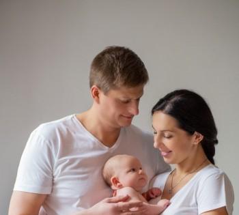 Новорожденный в объятиях счастливых родителей. Фотосессия новорожденных в Днепре.