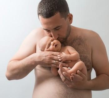 Папа целует новородженного ребёнка. Фотосессия новорожденных в Днепре. Фотограф Лариса Дубинская.