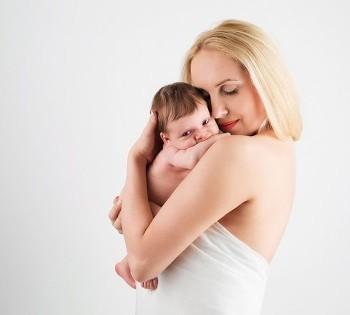 Милое фото новорожденного на мамином плече. Фотосессия новорожденных в Днепре.