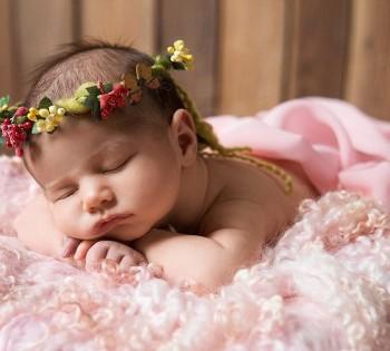 Сладкий сон новорожденного малыша. Фотограф Лариса Дубинская. Днепр. Профессиональная фотосъемка новорожденных.
