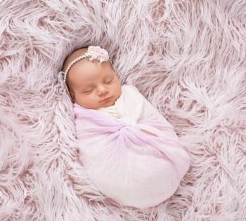 Фотография младенца в нежной розовой ткани. Фотосессия новорожденных в Днепре.