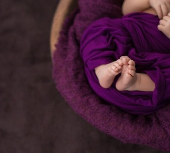 Фотография ножек младенца. Пофессиональная фотосессия новорожденных в Днепре. Фотограф Лариса Дубинская