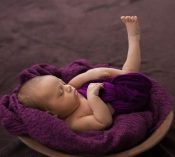 Фото новорожденного в шерстяном фиолетовом пледике. Фотоессия новорожденных в Днепре.