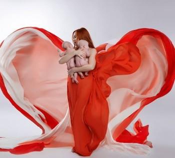 Мама в красивых тканях с новороженными детьми на руках. Фотосьёмка новорожденных.