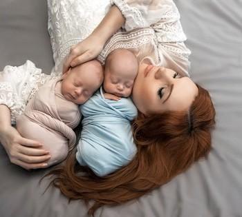 Красивое фото мамы и младенцев в нежных тонах. Фотосъёмка новорожденных. Днепр.
