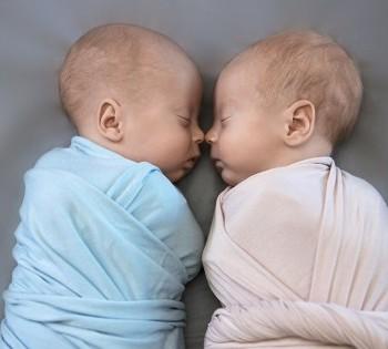 Нежное фото новорожденных братика и сестрички. Фотосессия новорожденных в Днепре.