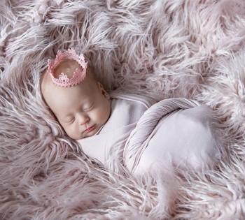 Фотография новорожденной в образе принцессы. Фотосъёмка новорожденных в Днепре.