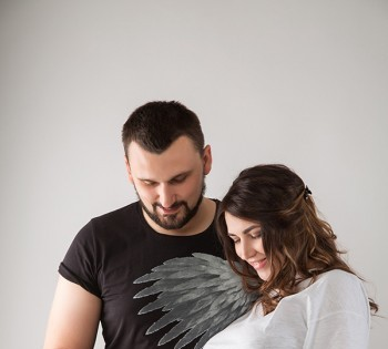 Счастливые будущие родители на студийной фотосессии. Фотосъемка беременности. Фотограф Лариса Дубинская. Днепр