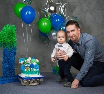 Папа с сыном на фотосессии годика ребёнку. Фотостудия Птичка