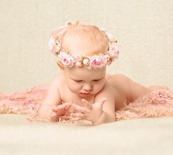 Студийная фотосъёмка красивой малышки до года