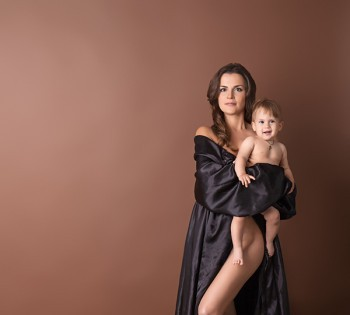 Шикарный образ мамы и ребенка на студийной фотосессии. Фотосъемка первого года жизни ребенка. Фотограф Лариса Дубинская. Днепр