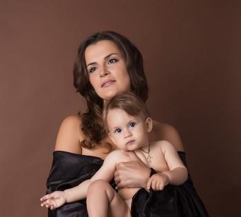 Женственная и красивая мама на фотосессии с ребенком. Фотосъемка первого года жизни ребенка. Фотограф Лариса Дубинская. Днепр