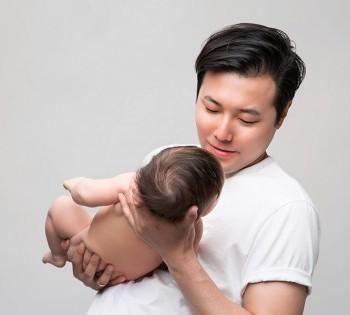Чувственная фотография папы и малыша.  Фотосъемка первого года жизни ребенка. Фотограф Лариса Дубинская. Днепр