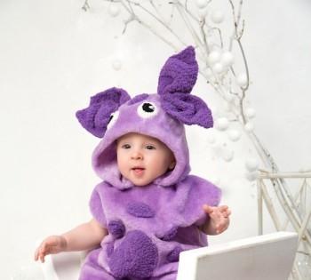 Малыш в костюме Лунтика. Фотосессия детей до года.