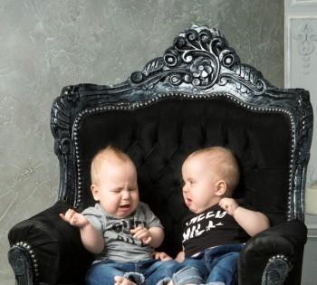 Фото двух малышей в резном кресле. Фотосессия в студии. Днепр