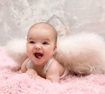 Маленький ангелочек на студийной фотосессии. Фотосъемка первого года жизни ребенка. Фотограф Лариса Дубинская. Днепр