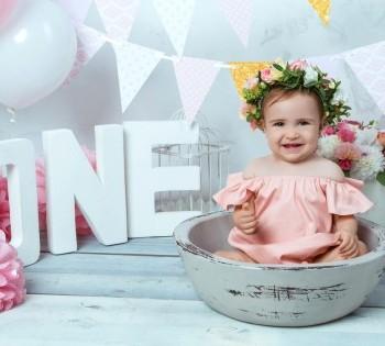 Красивая малышка в веночке на фотосессии ко дню рождения. Фотостудия Птичка.
