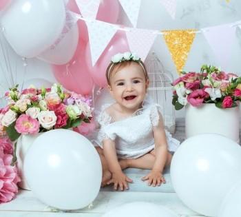 Смеющаяся малышка на фотосессии 1 годика. Фотостудия Птичка