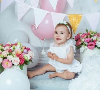 Весёлая малышка на фотосессии в студии. Первый день рождения. Фотостудия Птичка