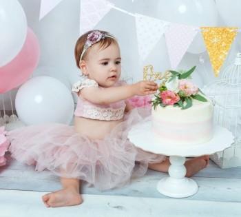 Нарядная малышка с тортом. Фотосессия на годик ребёнку.