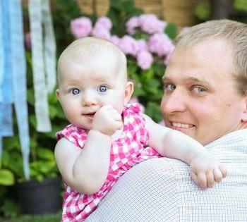 Фотосессия дочки и папы в красивом цветочном саду