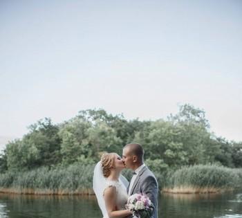 Свадебная фотография на природе.