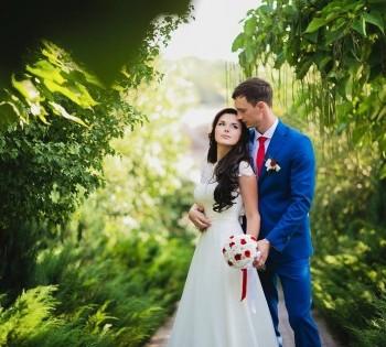 Фотография жениха и невесты на фоне красивого пейзажа.