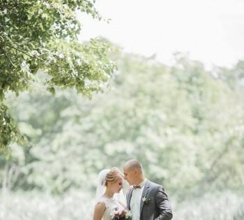 Свадебная фотография жениха и невесты на природе.