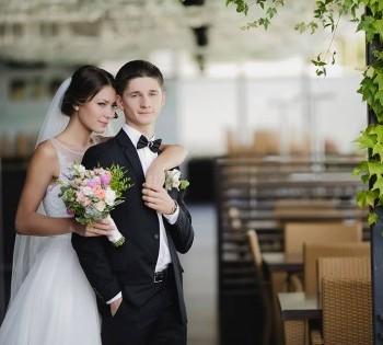 Романтическая фотография молодой пары. Свадебная фотосессия.