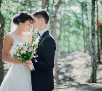 Свадебная фотосессия в хвойном лесу