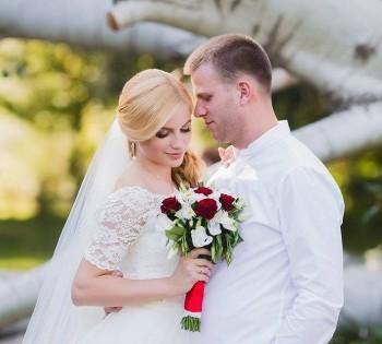 Свадебная фотография молодожёнов на природе