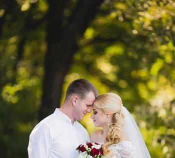 Счастливая пара молодожёнов на свадебной прогулке