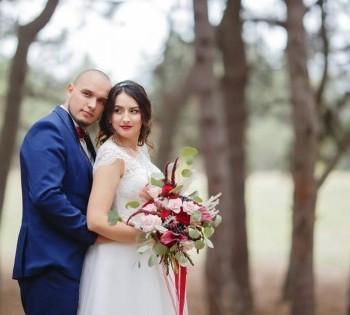 Атмосферные свадебные фотографии в сосновом лесу