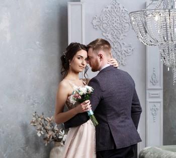 Жених и невеста в стильных интерьерах студии. Свадебный фотограф в Днепре.