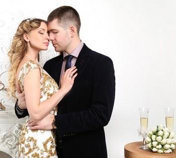 Очень нежная и чувственная фотокарточка молодожен. Свадебный фотограф в Днепре.
