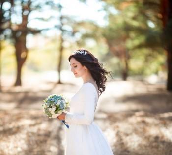 Фотография невесты в сосновом лесу. Свадебный фотограф в Днепре.