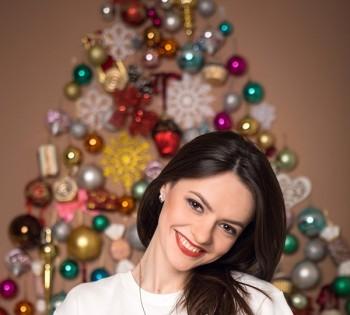 Новогоднняя фотосессия для красивой девушки в фотостудии