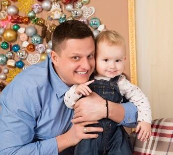Новогодняя фотосессия папы и милого малыша. Семейная фотосессия в новогодних декорациях. Днепр. Фотостудия Птичка.
