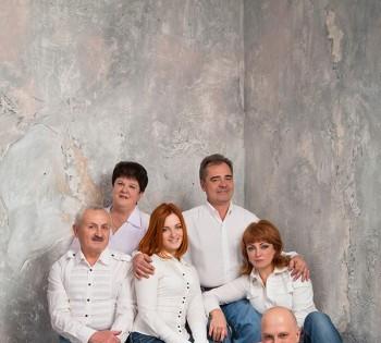 Фотосъемка всей семьи в светлых образах. Семейная фотография в студии. Днепр. Профессиональное семейное фото.