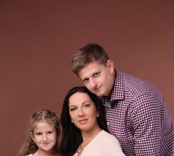 Нежные семейные обьятия. Семейная фотография в студии. Днепр. Профессиональное семейное фото.