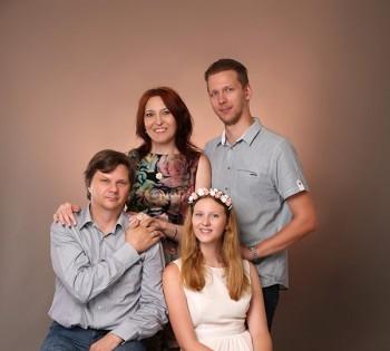 Классический портрет для дружной семьи. Семейная фотография в студии. Днепр. Профессиональное семейное фото.