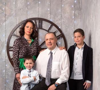 Изысканный семейный портрет. Семейная фотография в студии. Днепр. Профессиональное семейное фото.