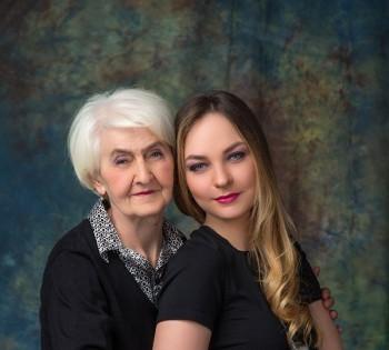 Трогательное фото бабушки и внучки. Семейная фотография в студии. Днепр. Профессиональное семейное фото.